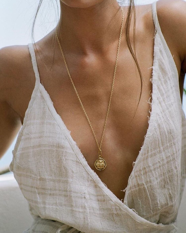 Điểm nhấn cho bộ trang phục đơn giản, mộc mạc ngày Hè là sợi dây chuyền mảnh dáng dài
