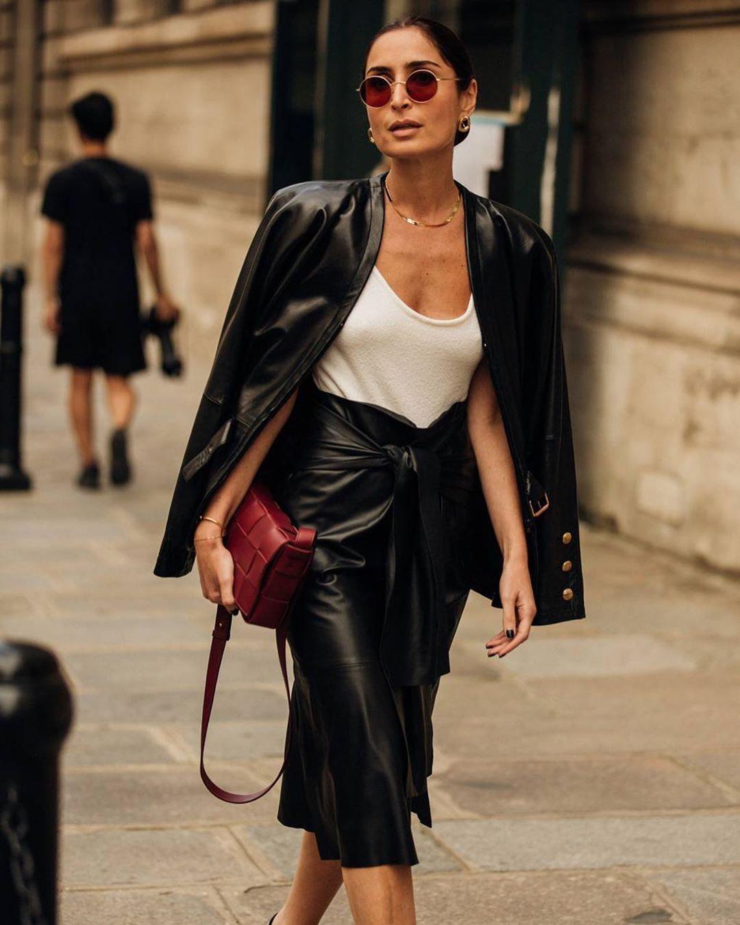 Street style ấn tượng với blazer và chân váy da, kết hợp cùng túi xách đỏ và dây chuyền choker bằng vàng