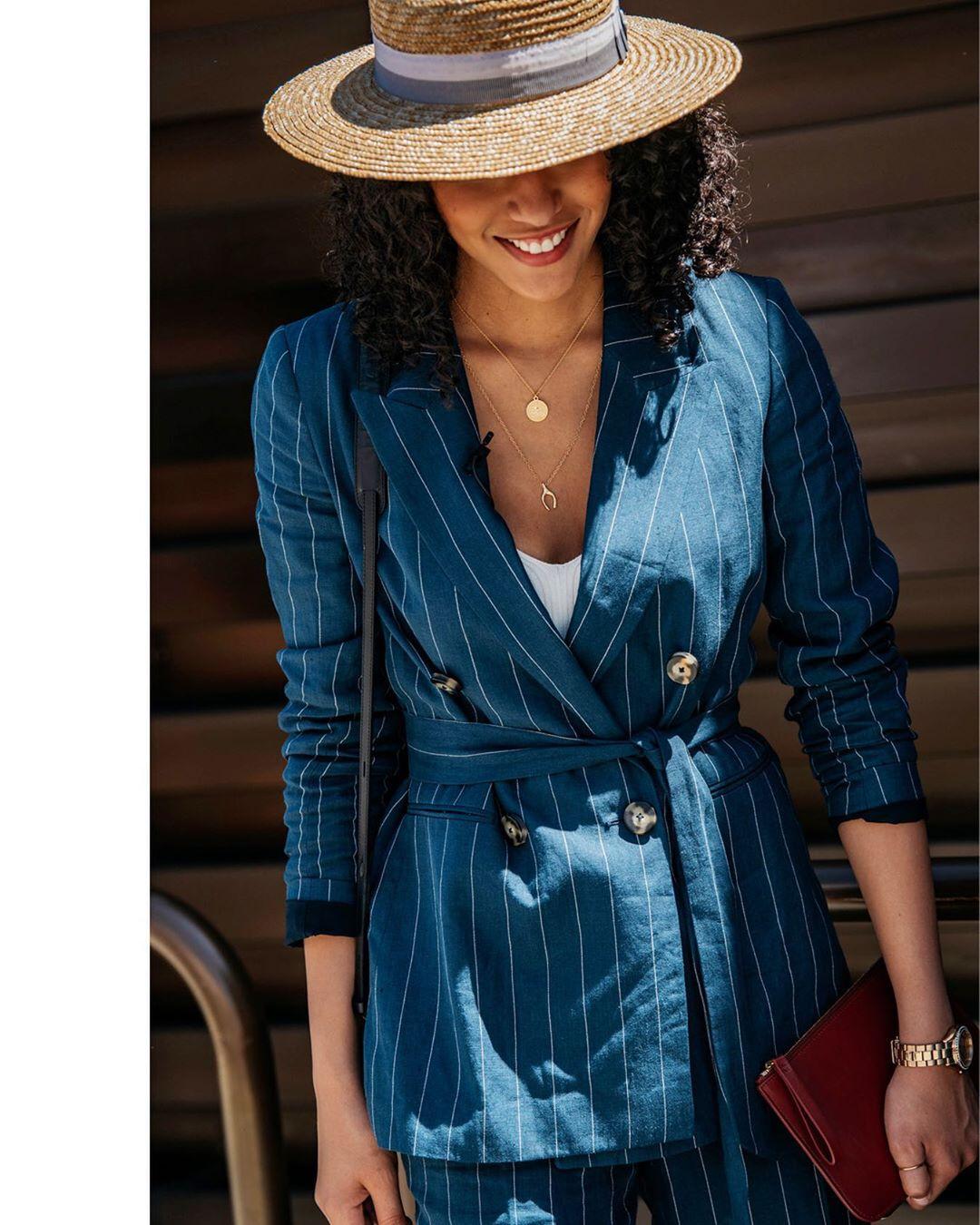 Fashionista diện street style ngày hè ấn tượng với suit kẻ sọc màu xanh và tạo điểm nhấn với dây chuyền layer