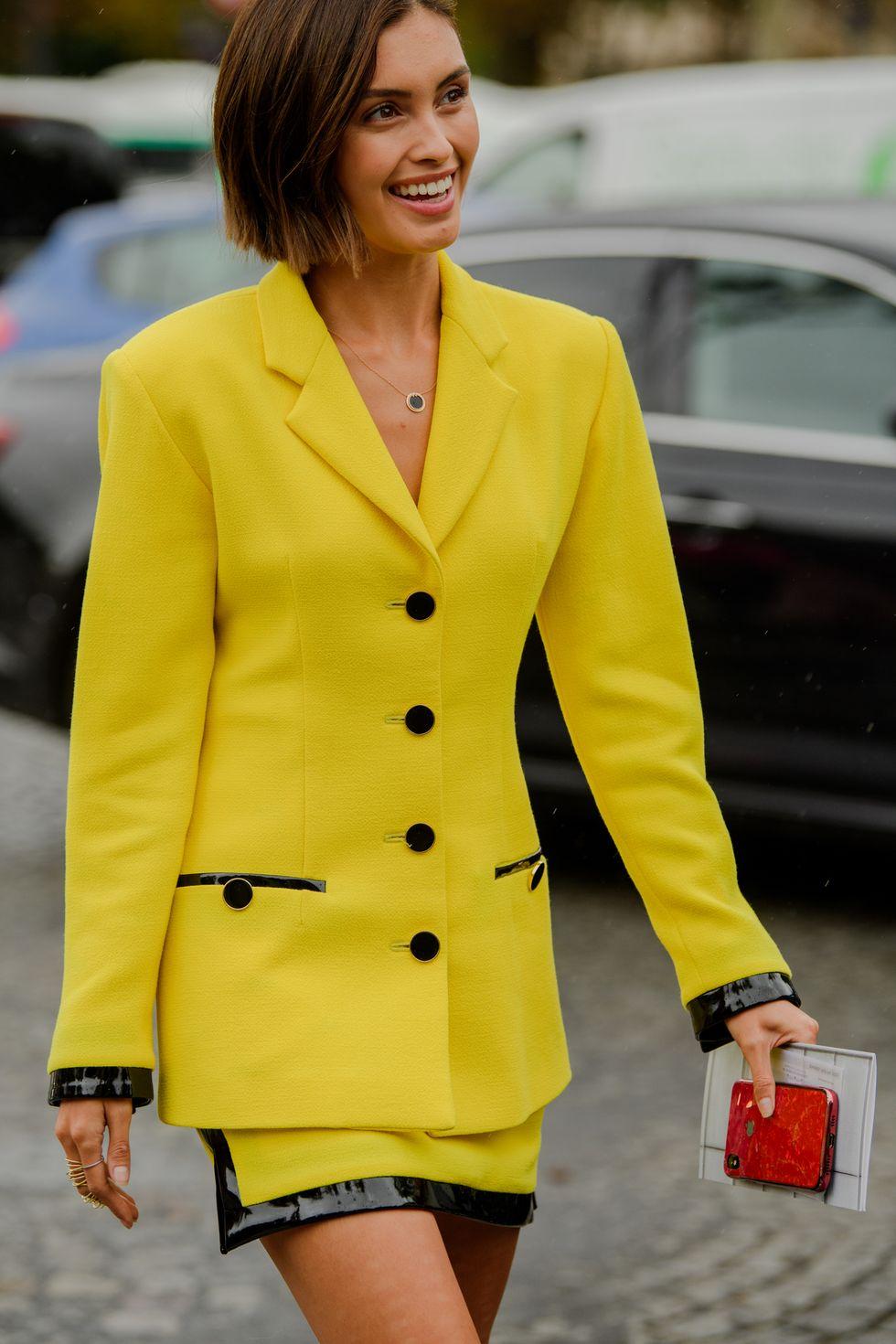 Fashionista diện suit ngắn màu vàng nổi bật cùng dây chuyền đơn giản, tinh tế