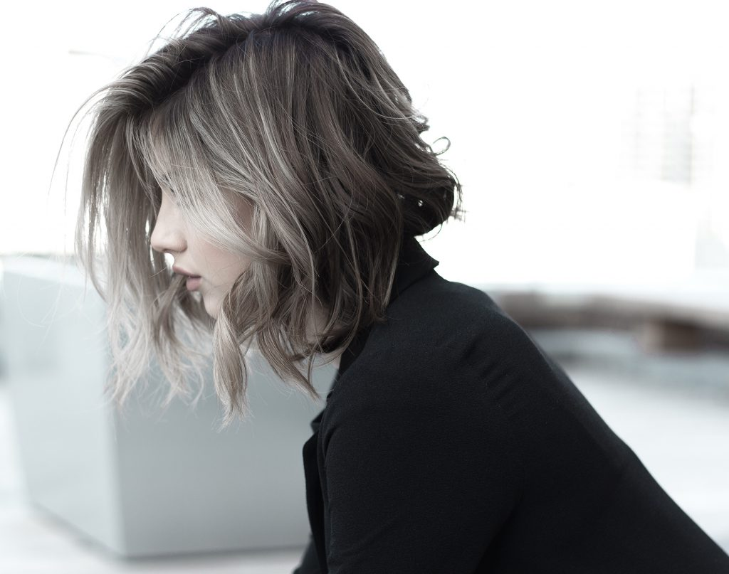 Toner-Cô gái nhuộm tóc màu khói.