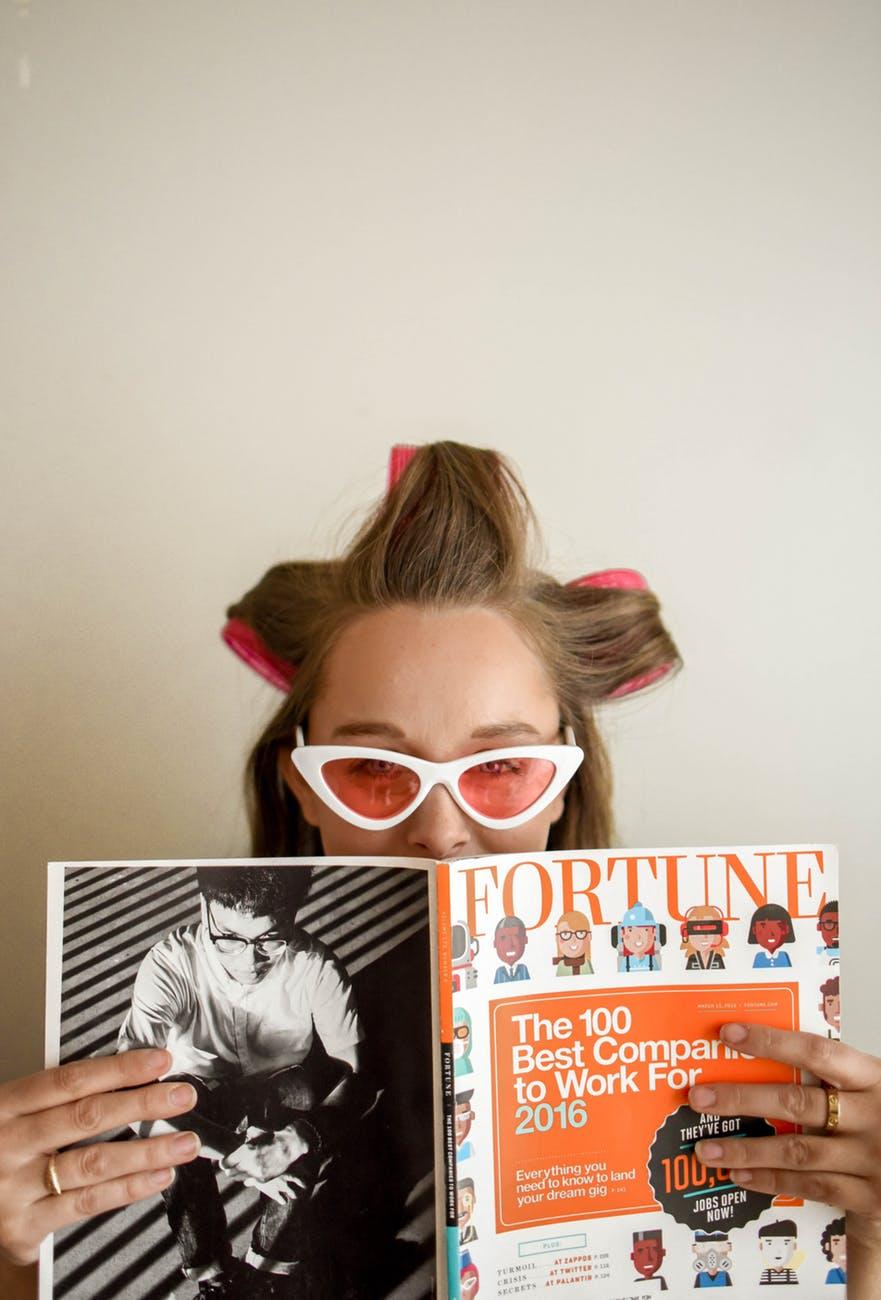 Toner-Cô gái cầm tạp chí.