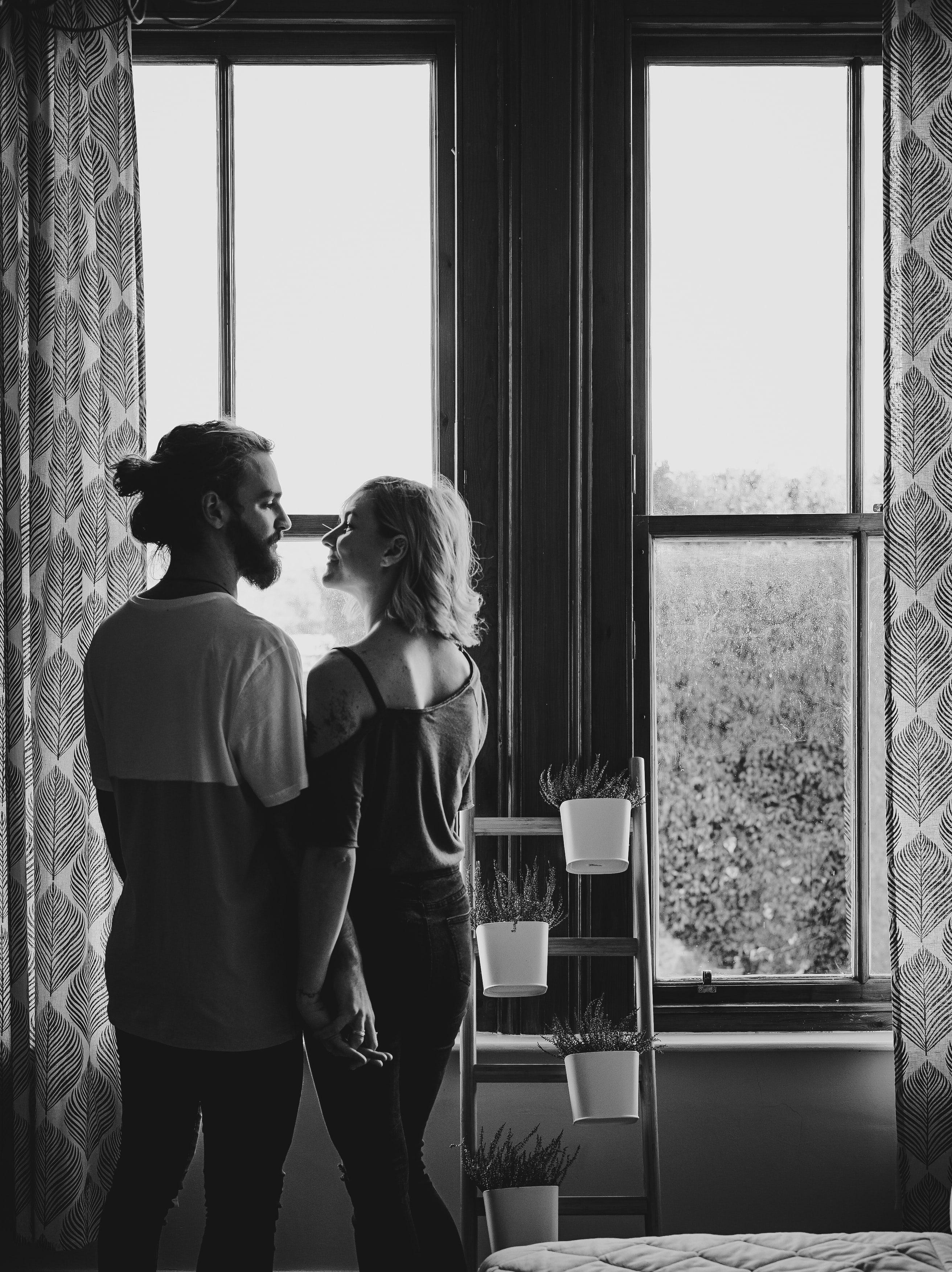 cặp đôi trước cửa sổ tình yêu