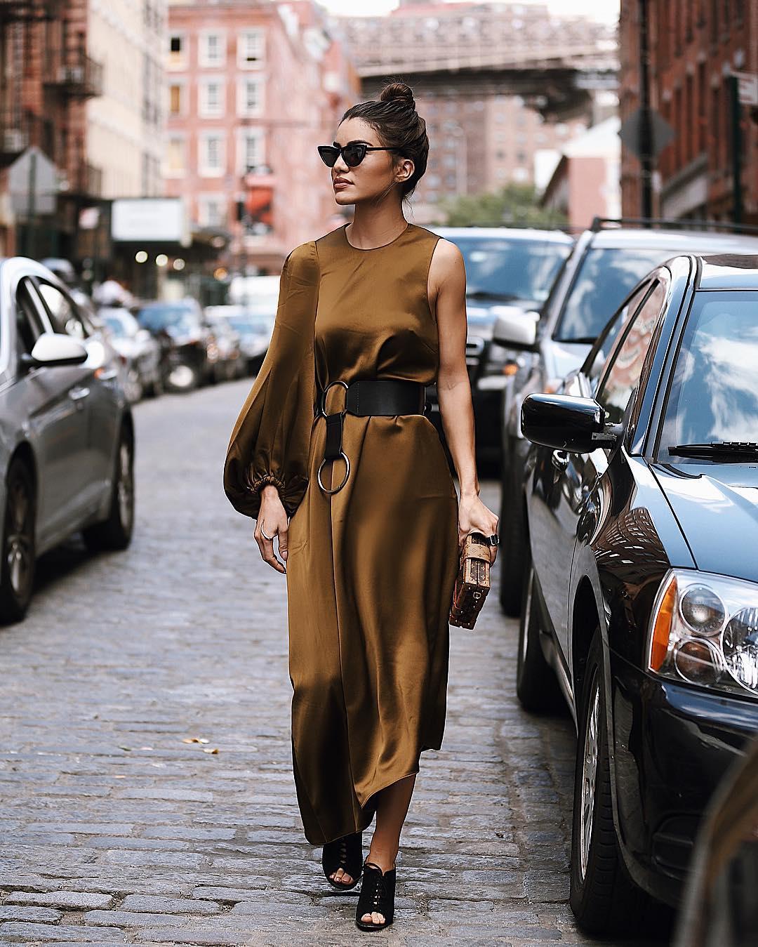 Street style cho cung Bạch Dương với thiết kế đầm satin bất đối xứng