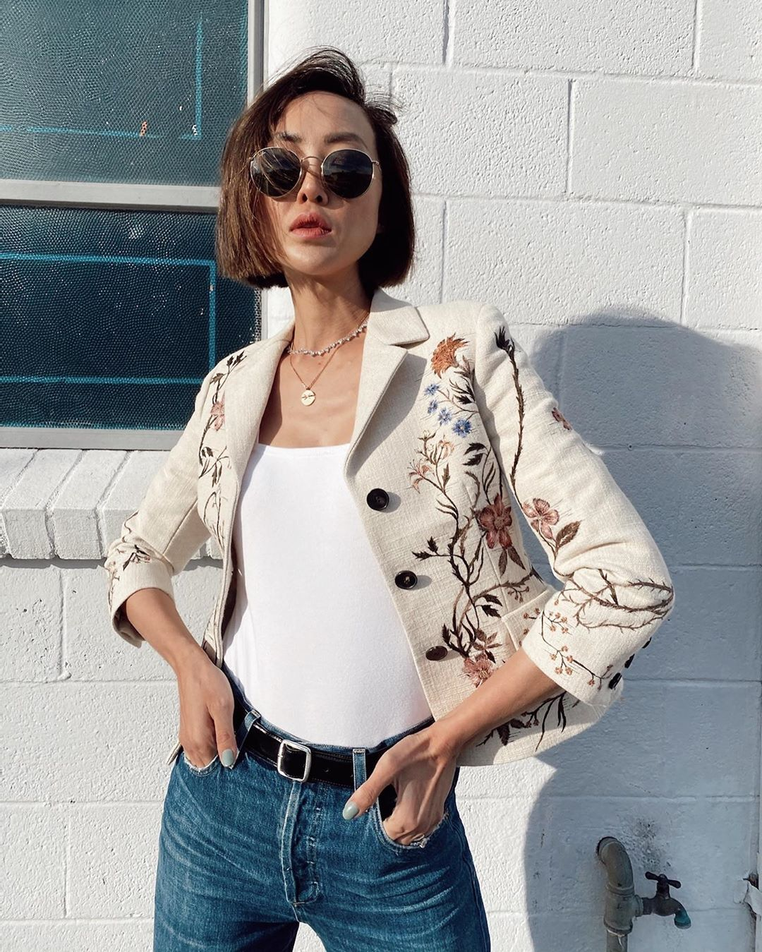Gợi ý street style cho cung Bạch Dương với áo blazer thêu hoa