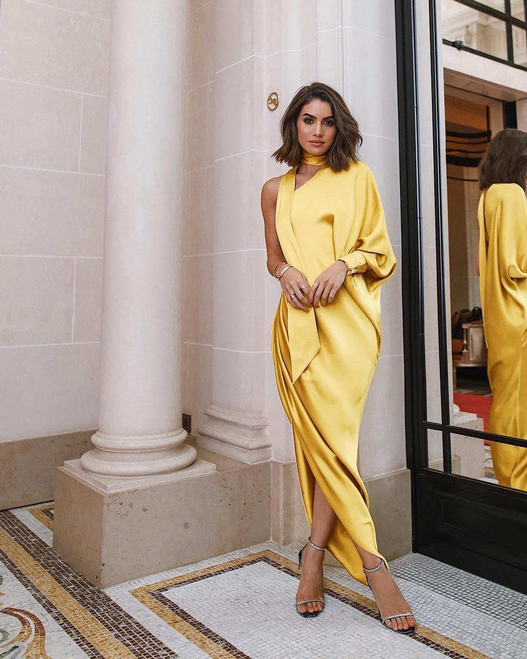 Gợi ý trang phục dạ tiệc cho cung Bạch Dương với đầm lụa màu vàng
