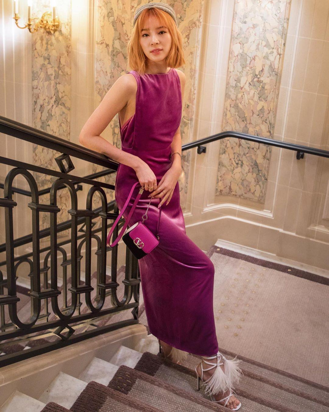 Gợi ý trang phục dạ tiệc cho cung Bạch Dương với đầm suông màu tím