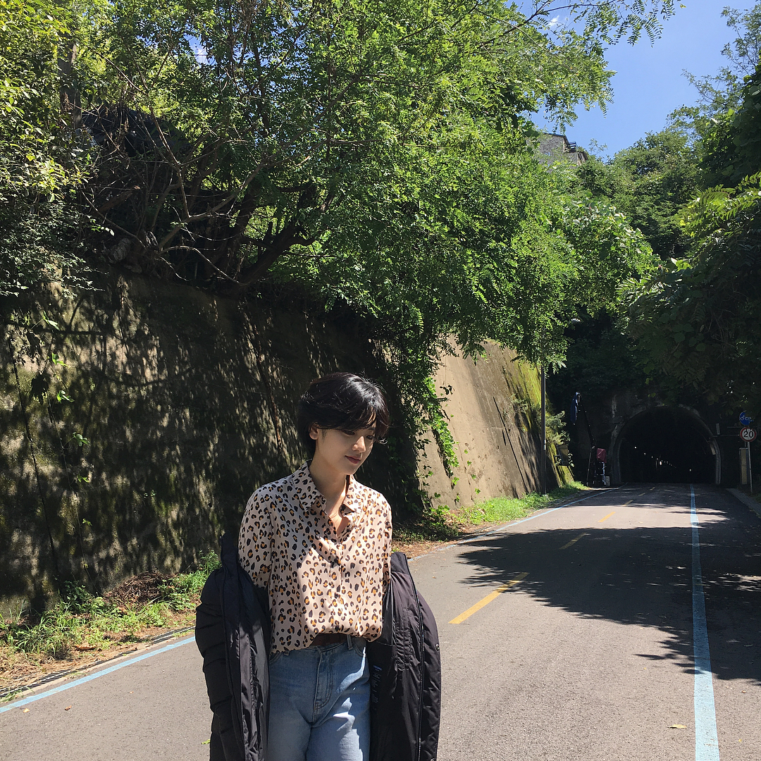 Trang phục đời thường của nữ diễn viên Itaewon Class với áo sơ mi in họa tiết và quần jeans