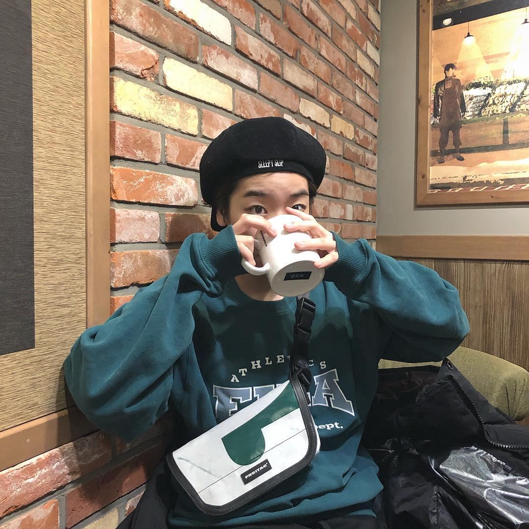 Nữ diễn viên Lee Joo Young trong phim Itaewon Class diện áo sweater màu xanh thép, phối cùng mũ beret và túi đeo chéo