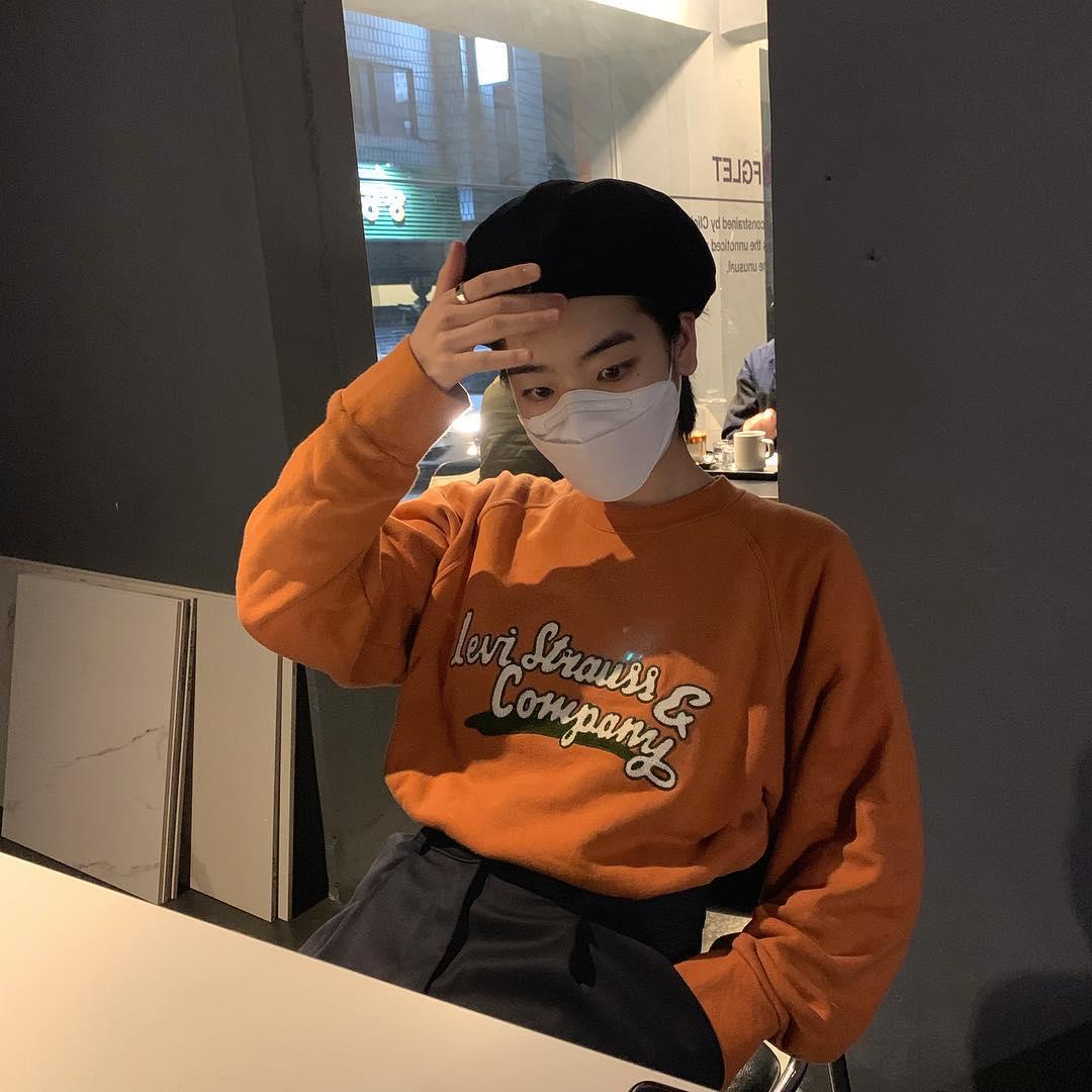 Nữ diễn viên Itaewon Class Lee Joo Young diện áo sweater màu cam nổi bật cùng với quần và mũ beret đen