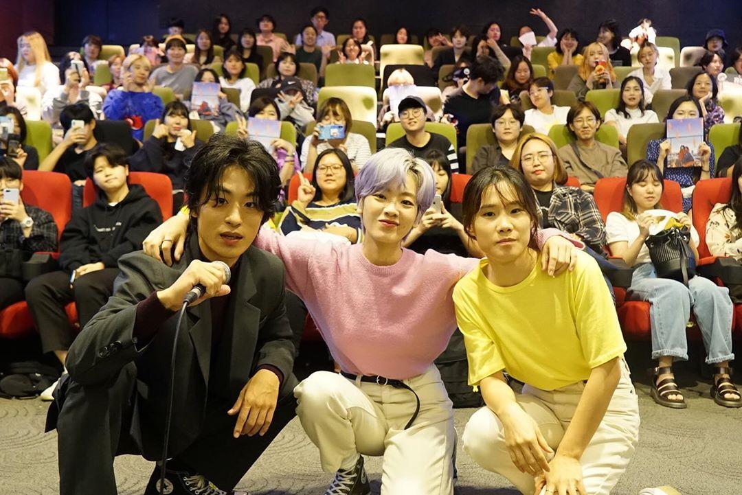 Phong cách đời thường của nữ diễn viên Itaewon Class với áo sweater hồng, quần khaki và giày Converse