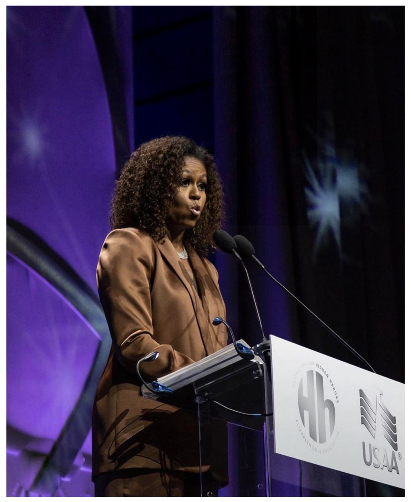 Biểu tượng thời trang Michelle Obama diện thiết kế âu phục bằng satin của NTK Công Trí