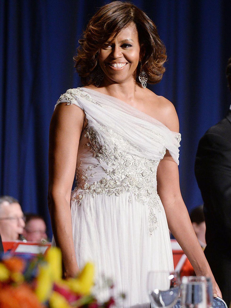 Biểu tượng thời trang thập niên 2000s Michelle Obama diện đầm dạ hội lệch vai chất liệu voan