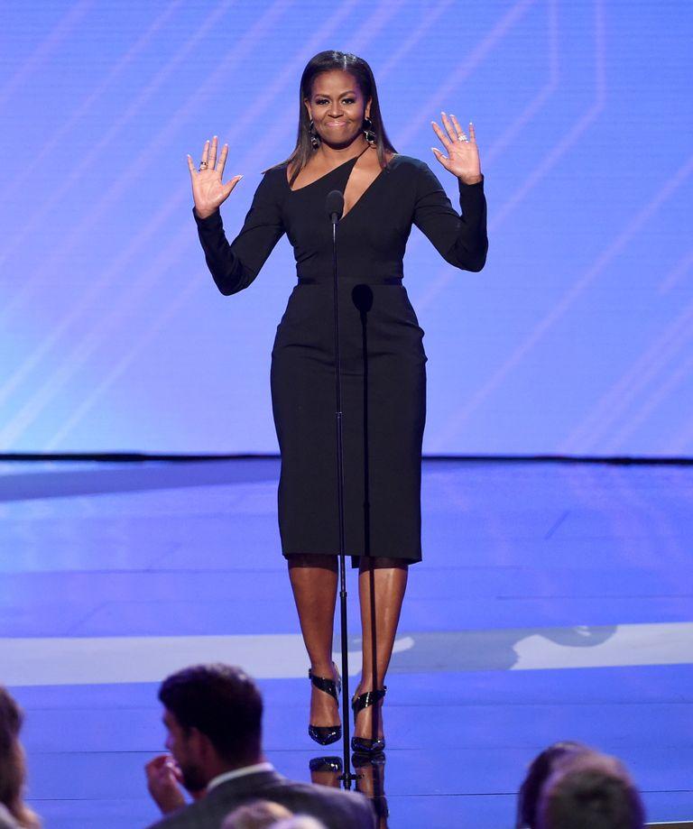 Biểu tượng thời trang Michelle Obama diện đầm ôm cut-out màu đen ấn tượng tại buổi diễn thuyết