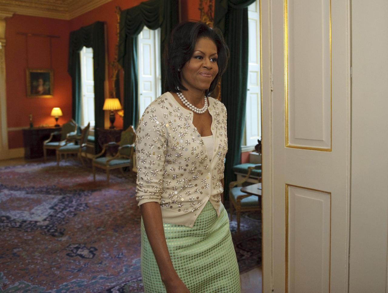 Bộ trang phục lấy cảm hứng từ Jackie Kennedy với áo khoác lừng, đầm ôm và dây chuyền ngọc trai