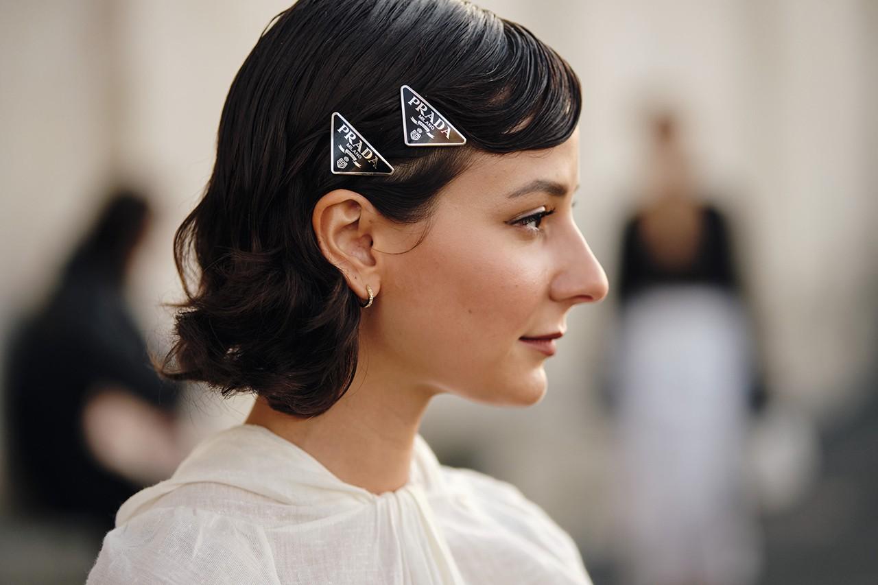 Kẹp tóc Prada làm điểm nhấn cho bộ trang phục công sở cho cung Bạch Dương