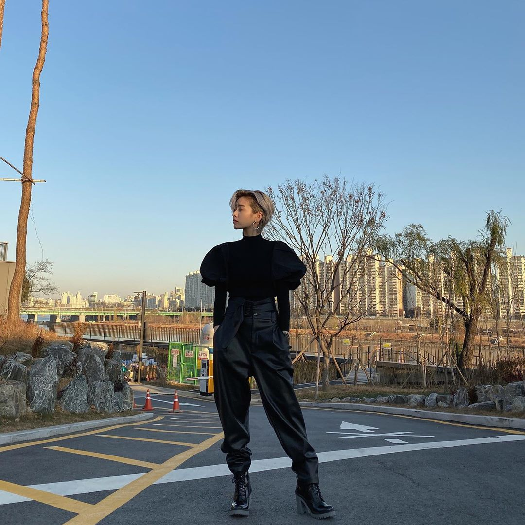 Nữ diễn viên Lee Joo Young của phim Itaewon Class diện áo tay phồng và quần da