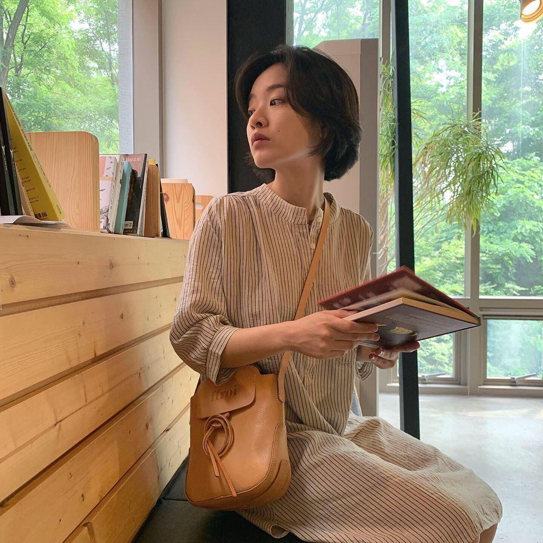 Nữ phụ Itaewon Class diện đầm suôn sọc nữ tính ngoài đời thường