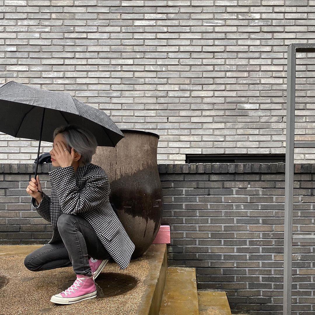 Nữ diễn viên Itaewon Class diện trang phục menswear màu xám cùng giày Converse hồng