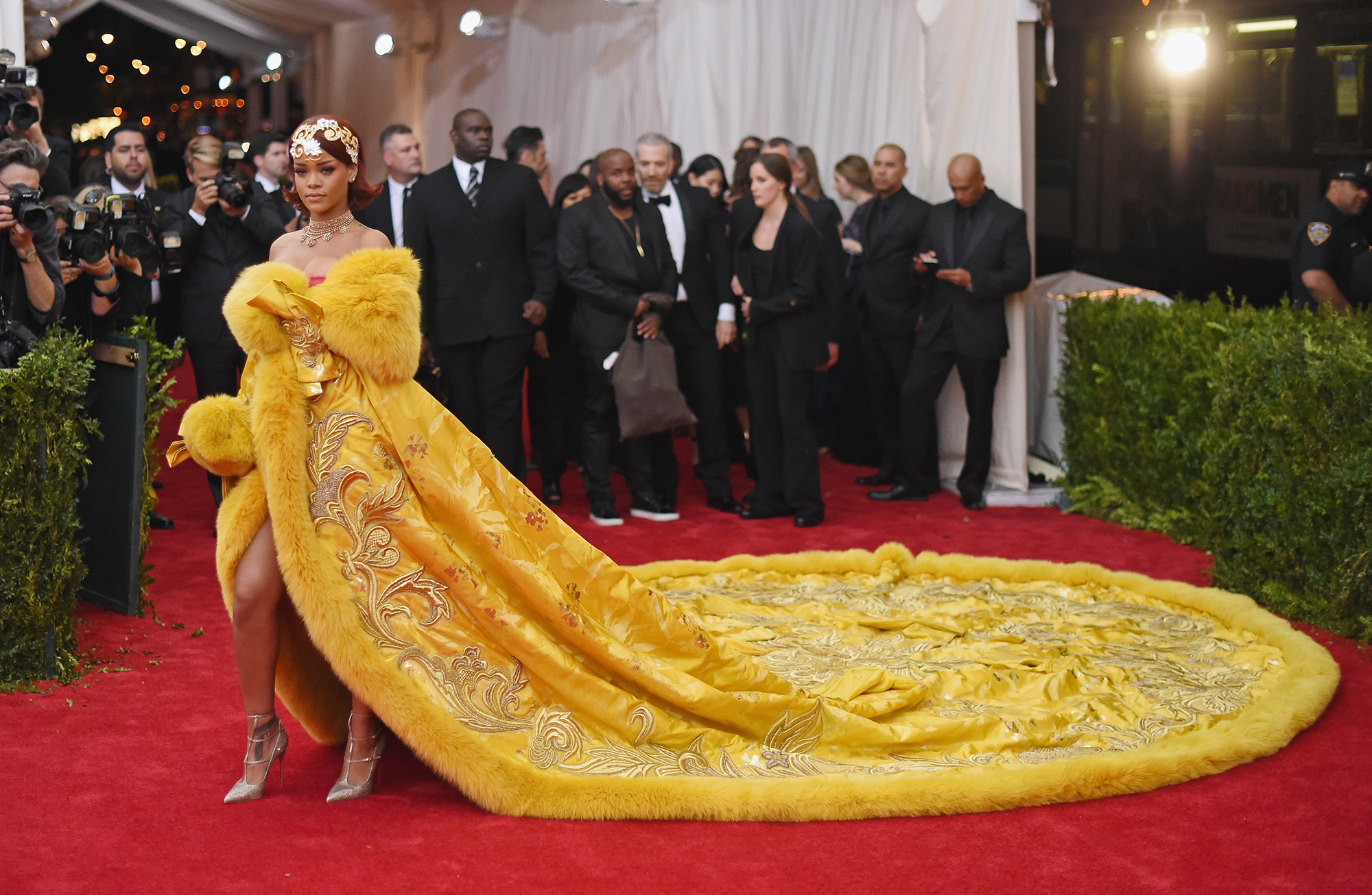 Biểu tượng thời trang 2010 Rihanna với chiếc đầm đi vào lịch sử tại Met Gala 2016