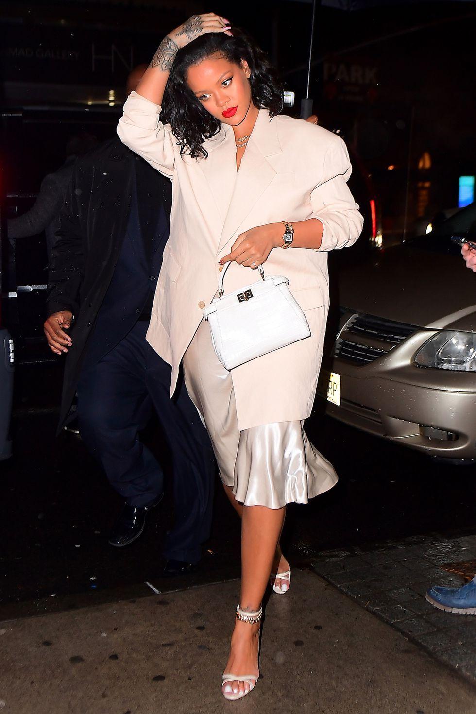 Biểu tượng thời trang 2010 Rihanna với street style tông trắng thanh lịch trên đường phố New York vào 1/2019