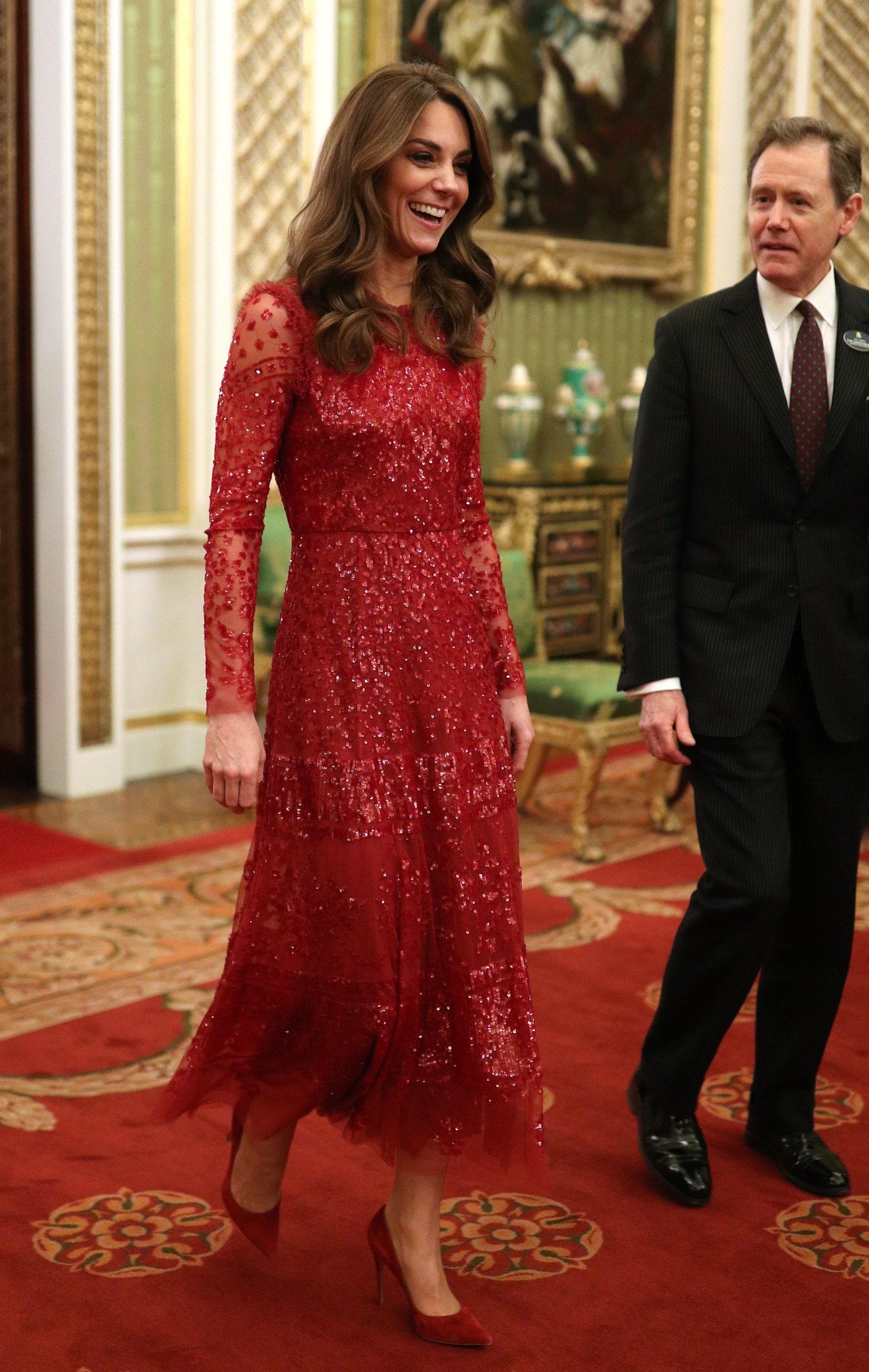 Biểu tượng thời trang 2010s Kate Middleton diện trang phục dạ hội ấn tượng với đầm midi đỏ kết cườm sang trọng