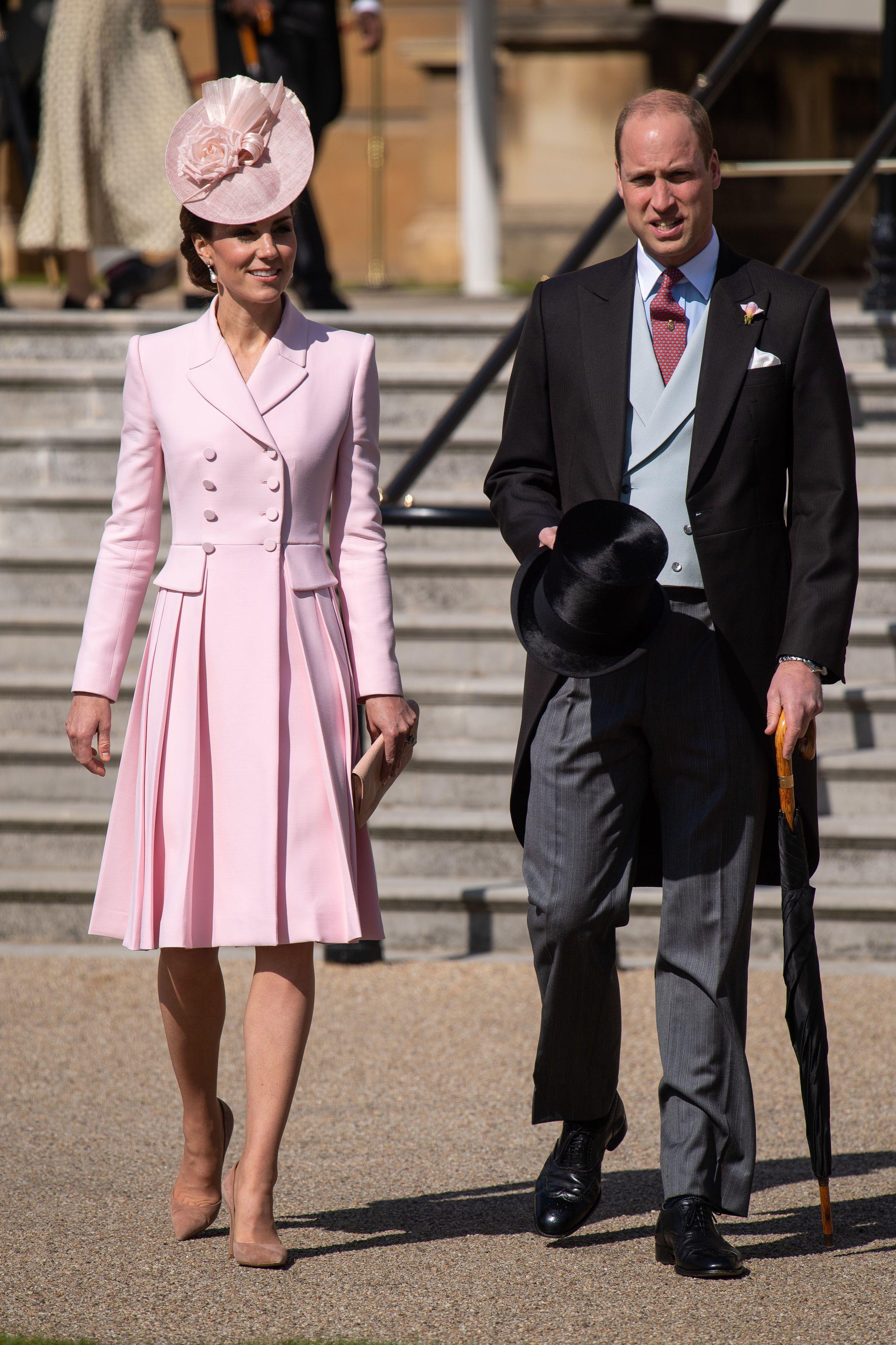 Biểu tượng thời trang 2010s Kate Middleton diện đầm hồng cổ điển và mũ lệch cùng tông màu