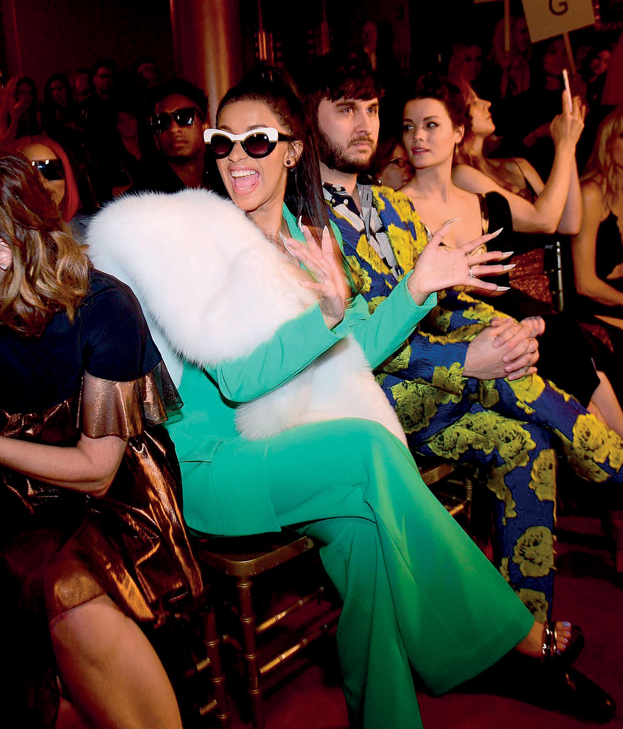 rapper Cardi B ngồi front row tại buổi trình diễn thời trang