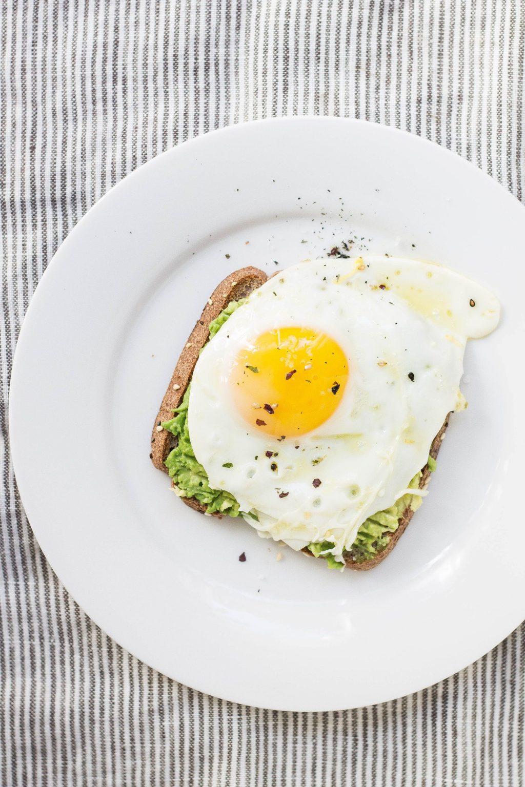 Thèm ăn-Bánh mì trứng và bơ.
