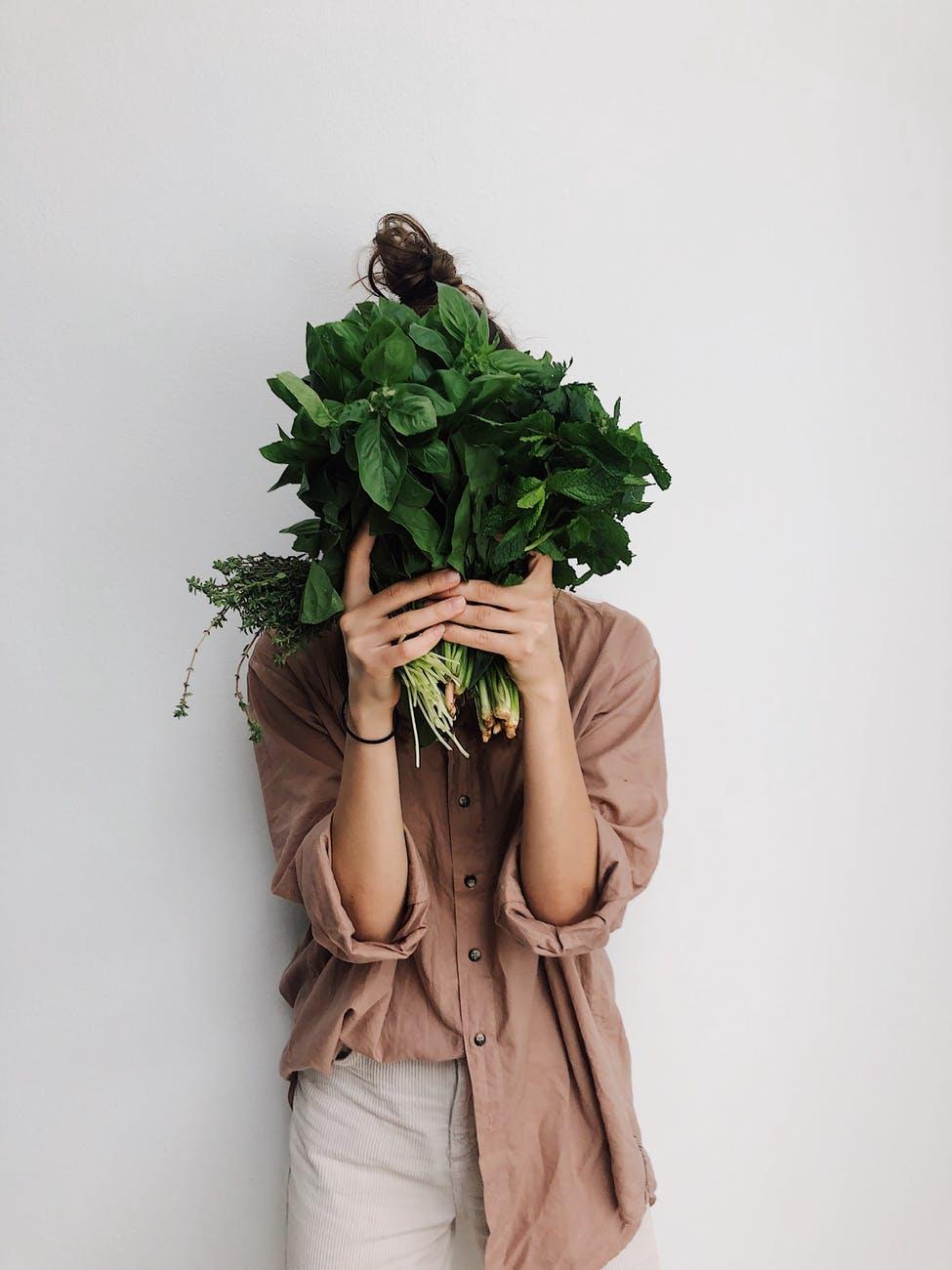 Thèm ăn-Cô gái cầm bó rau.