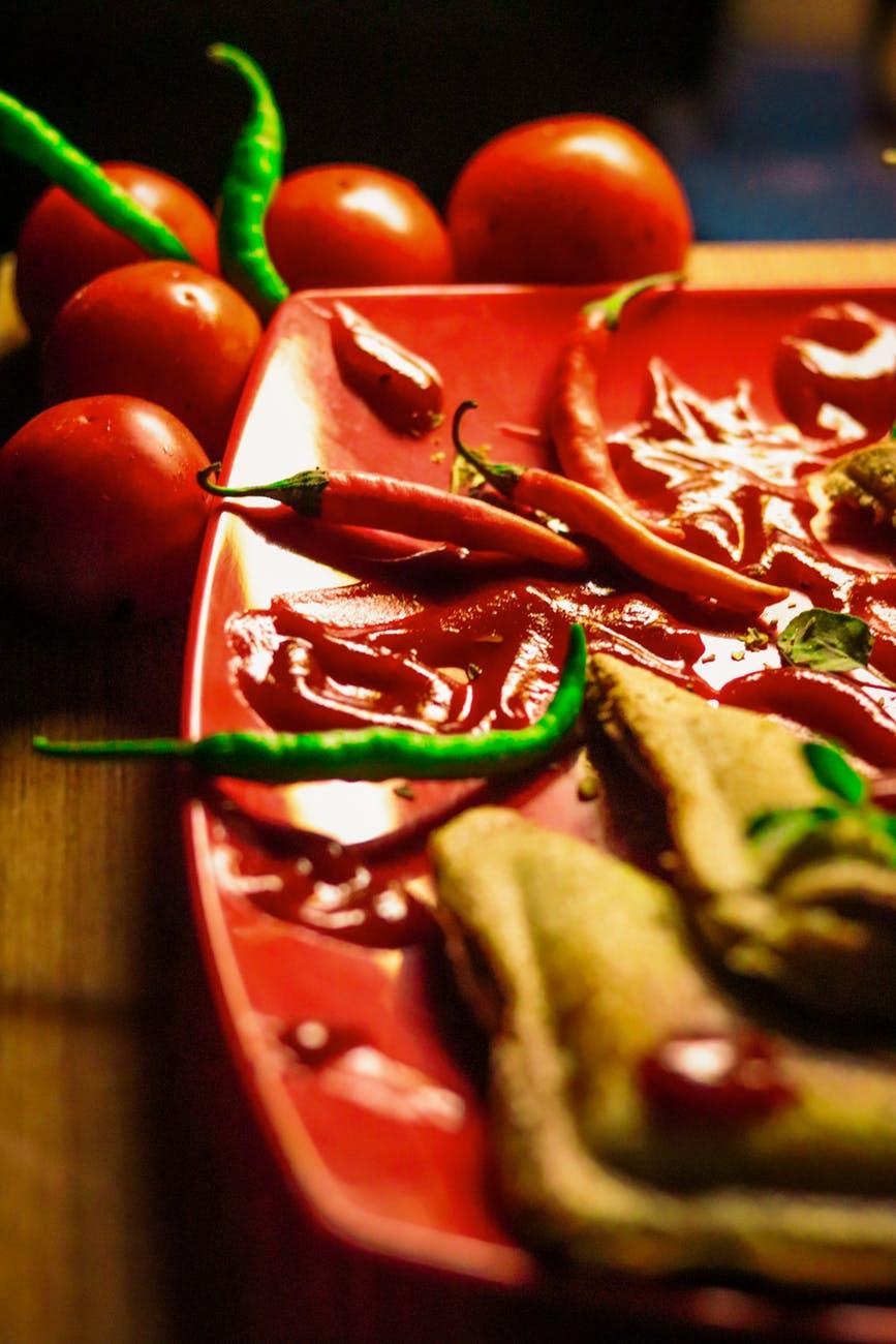 Thèm ăn-Đĩa thức ăn có ớt.