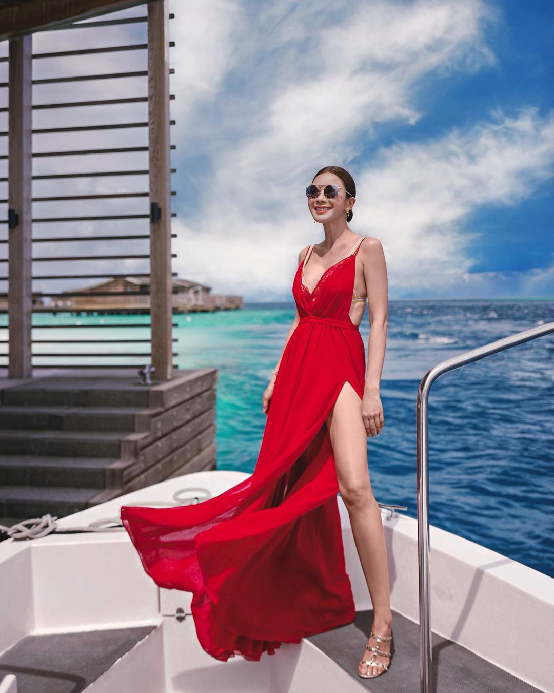 Fashionista Jamie Chua diện đầm voan dài màu đỏ quyến rũ cho kì nghỉ