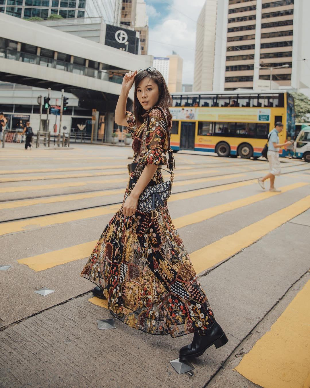 Street style mùa hè với đầm voan dài in hoa và giày bốt
