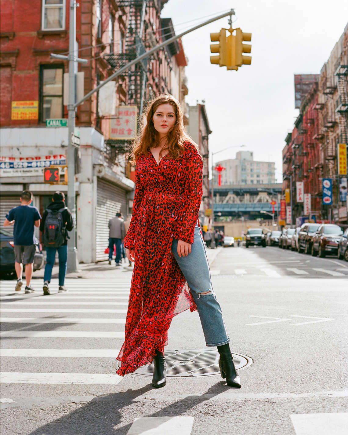 Street style mùa hè với đầm voan dài xẻ tà phối cùng quần jeans