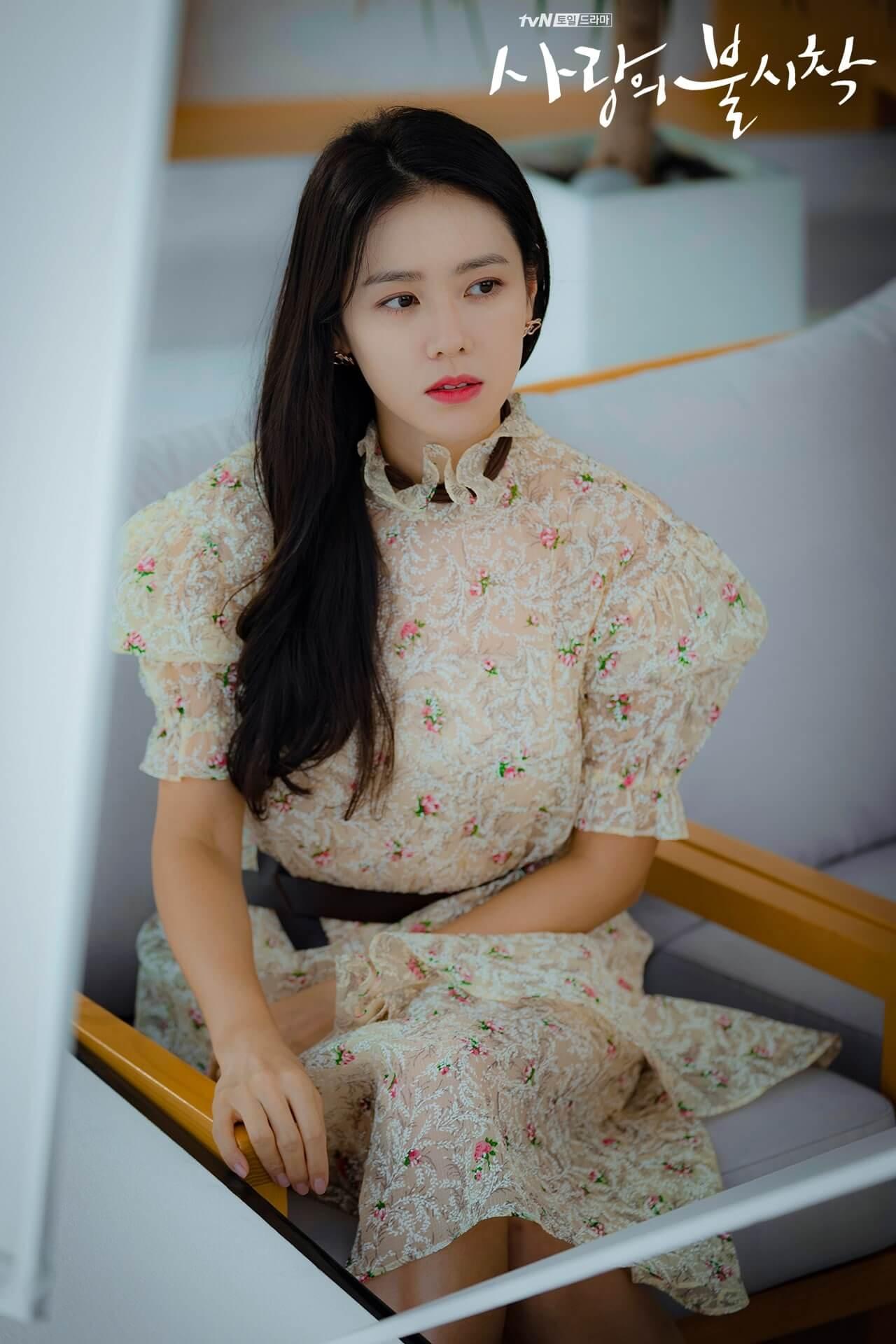 Son Ye Jin diện đầm voan dài in hoa trong Crash Landing On You