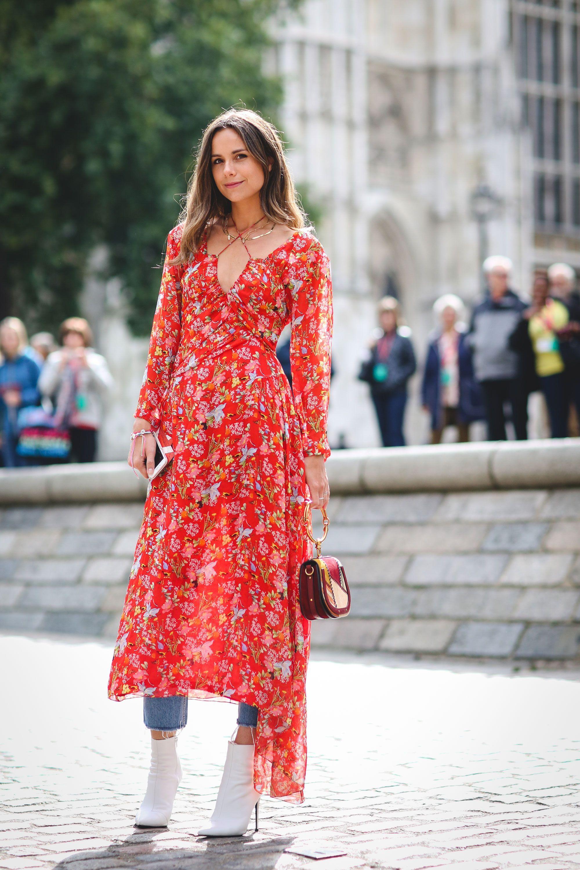 Đầm voan dài in hoa kết hợp cùng quần jeans và bốt