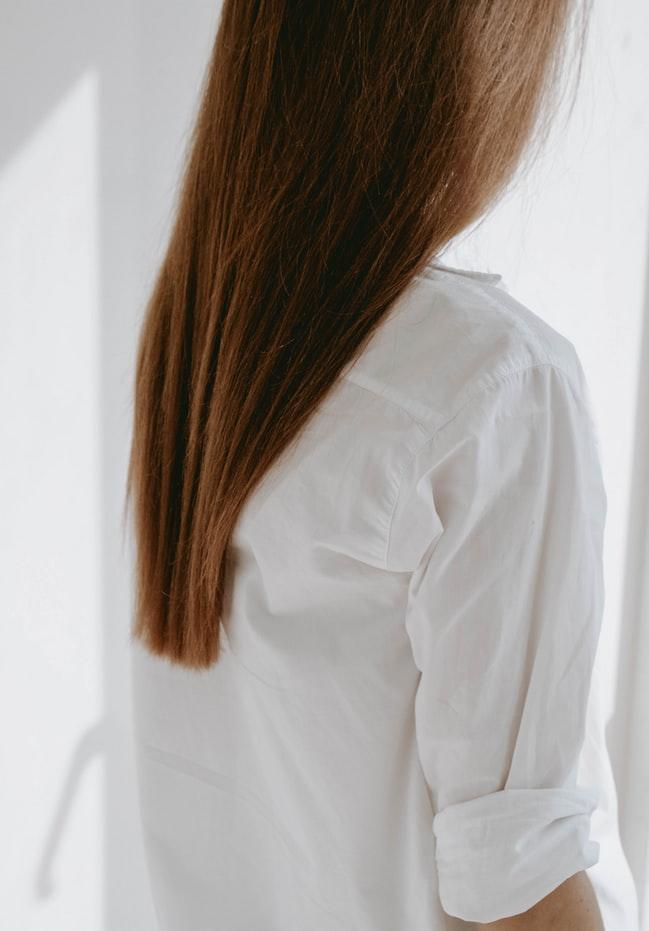 mái tóc khô cần được chăm sóc bằng dầu oliu