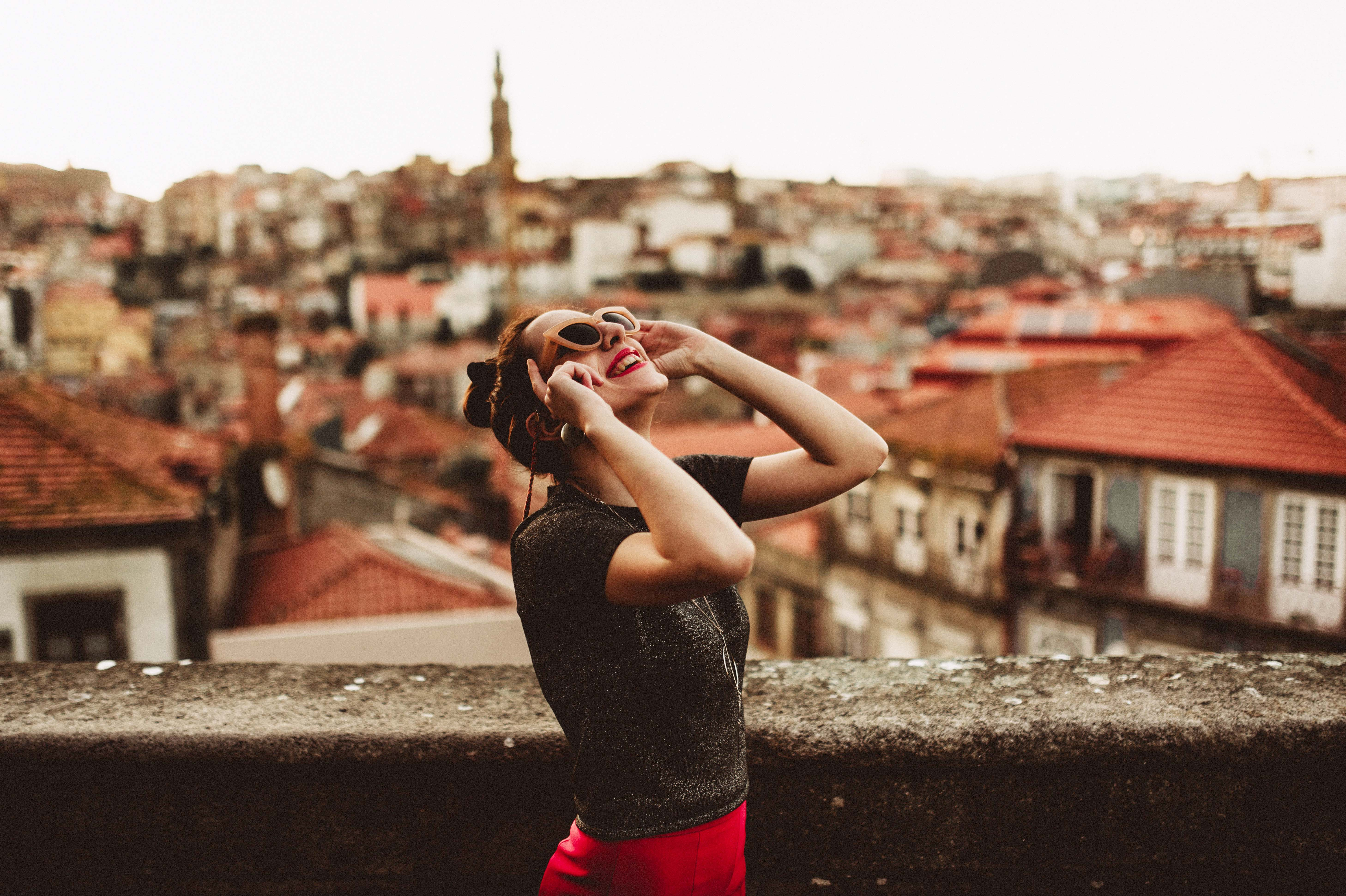cô gái ngước nhìn bầu trời