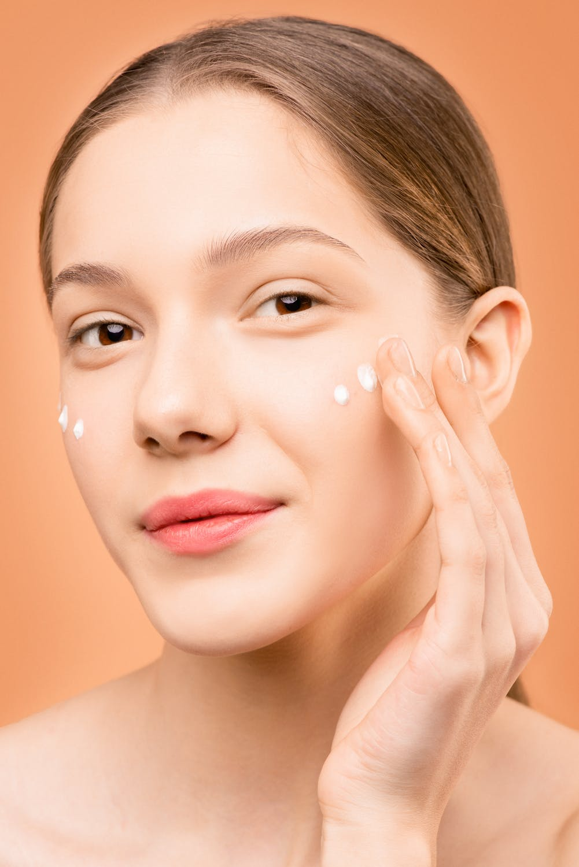 Duy trì thoa kem dưỡng cũng là cách giúp da mịn màng.