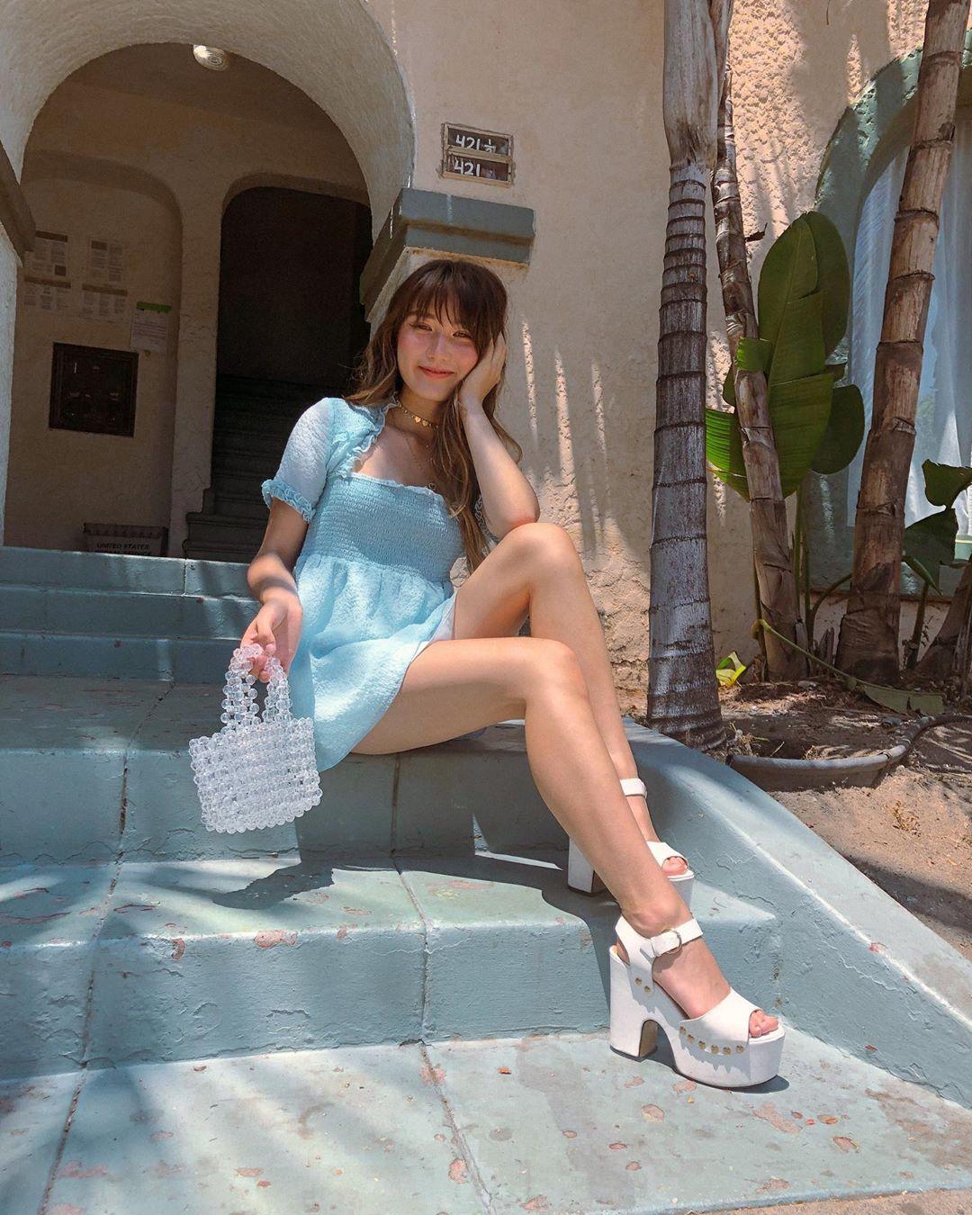 youtuber ashley bestdressed gợi ý cách mặc đẹp với đầm ngắn và sandals cao gót