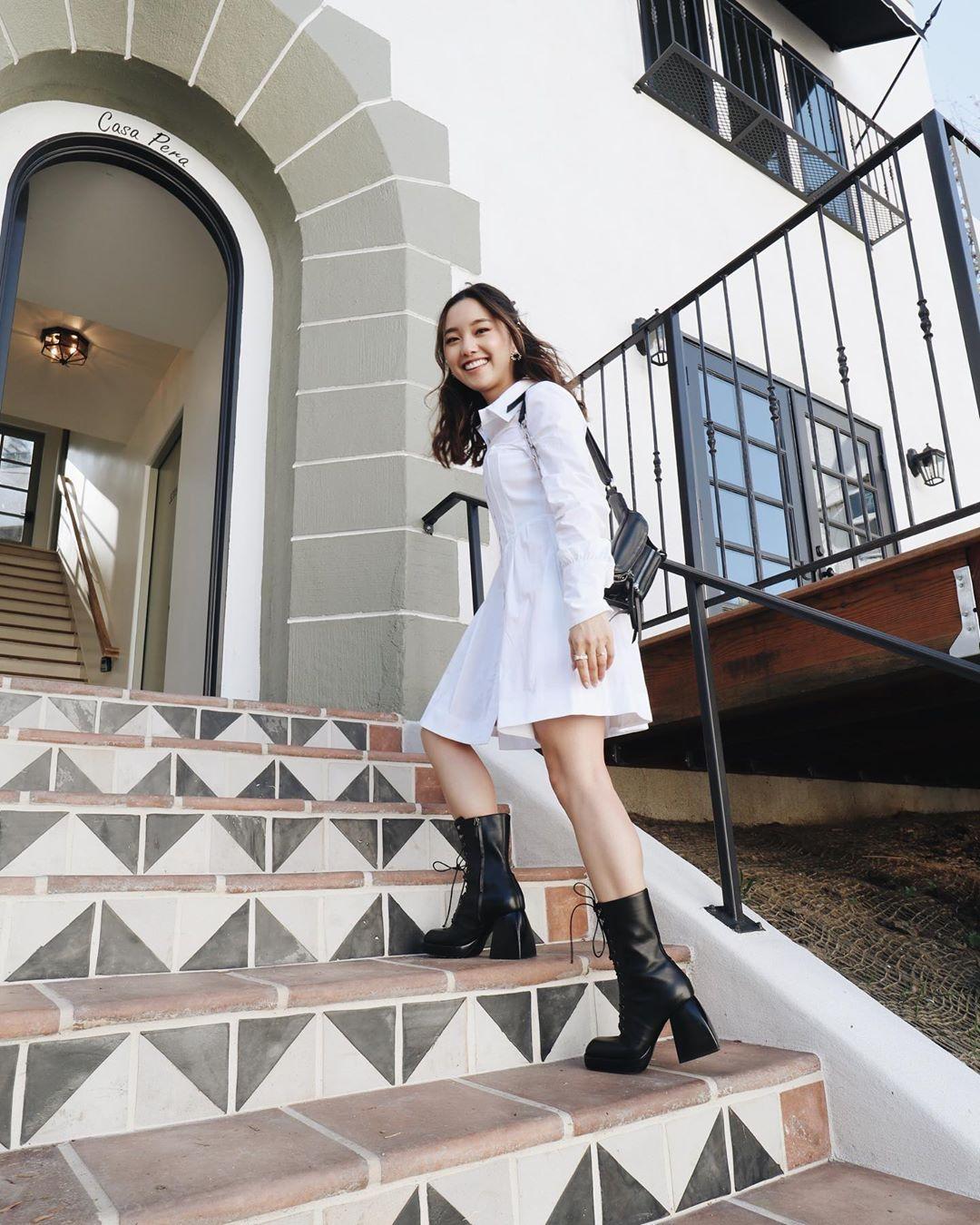 cách mặc đẹp với đầm sơ mi trắng của jenn im