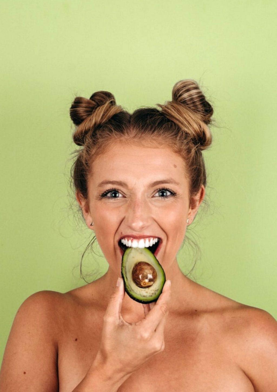 Collagen-Cô gái cầm trái bơ.