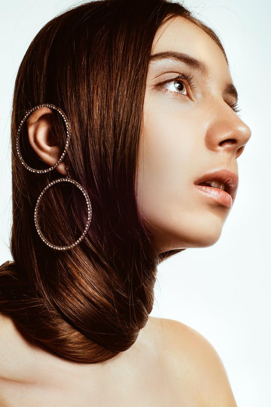 Collagen-Cô gái đeo khuyên tai tròn.