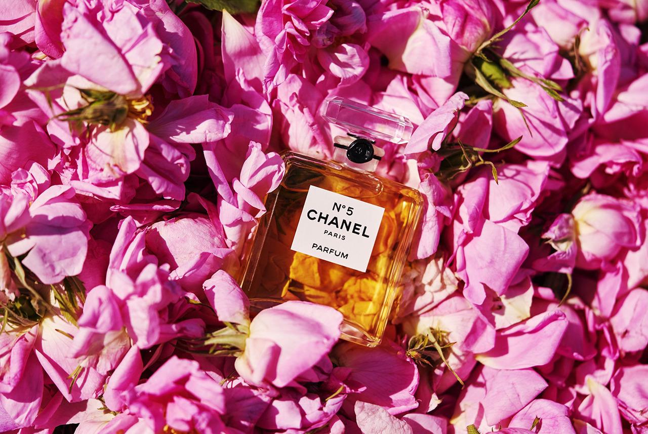 nước hoa Chanel No.5 và rổ hoa hồng