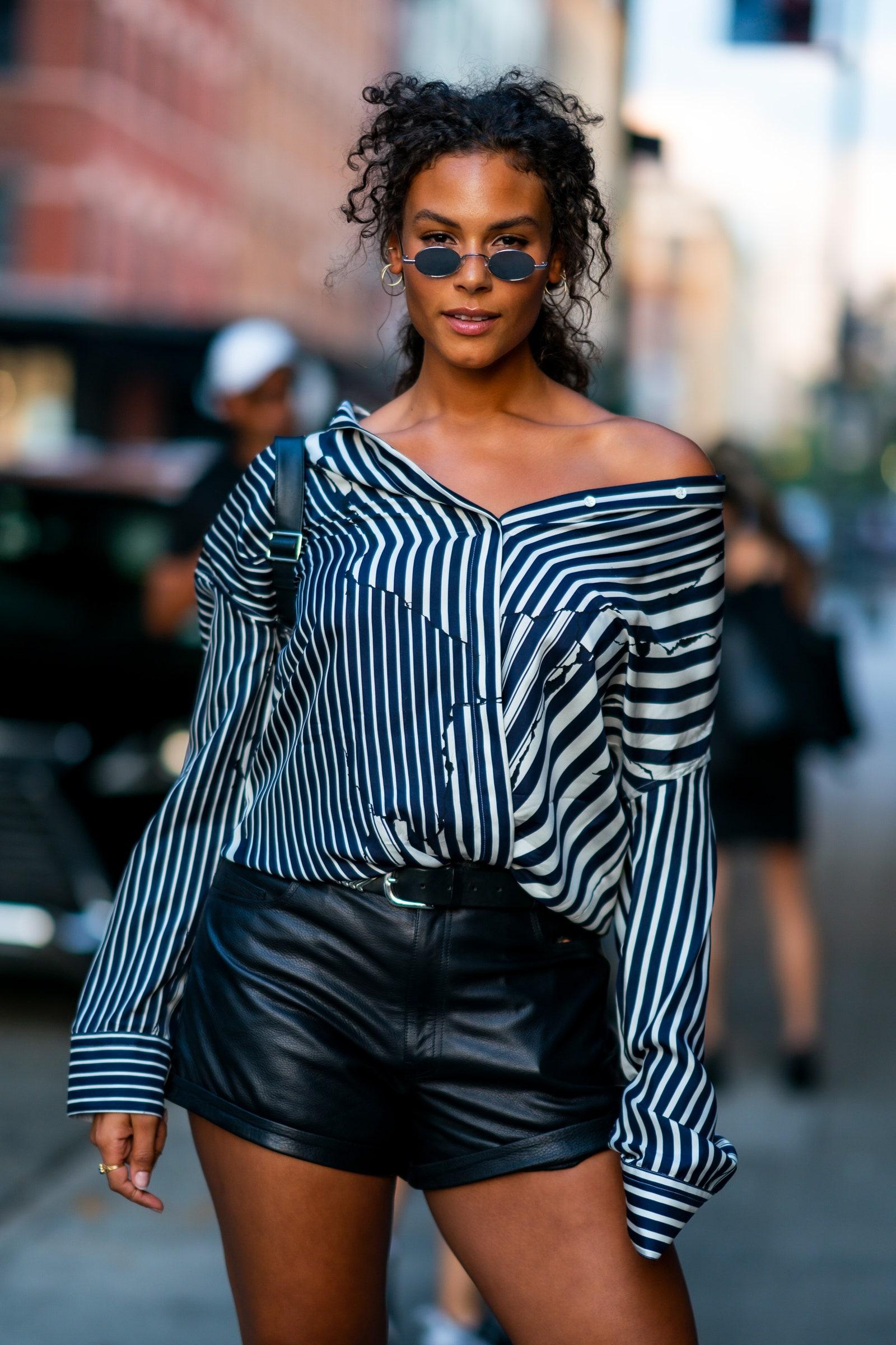 Cách mặc đẹp với áo sơ mi kẻ dọc màu xanh và quần shorts da màu đen