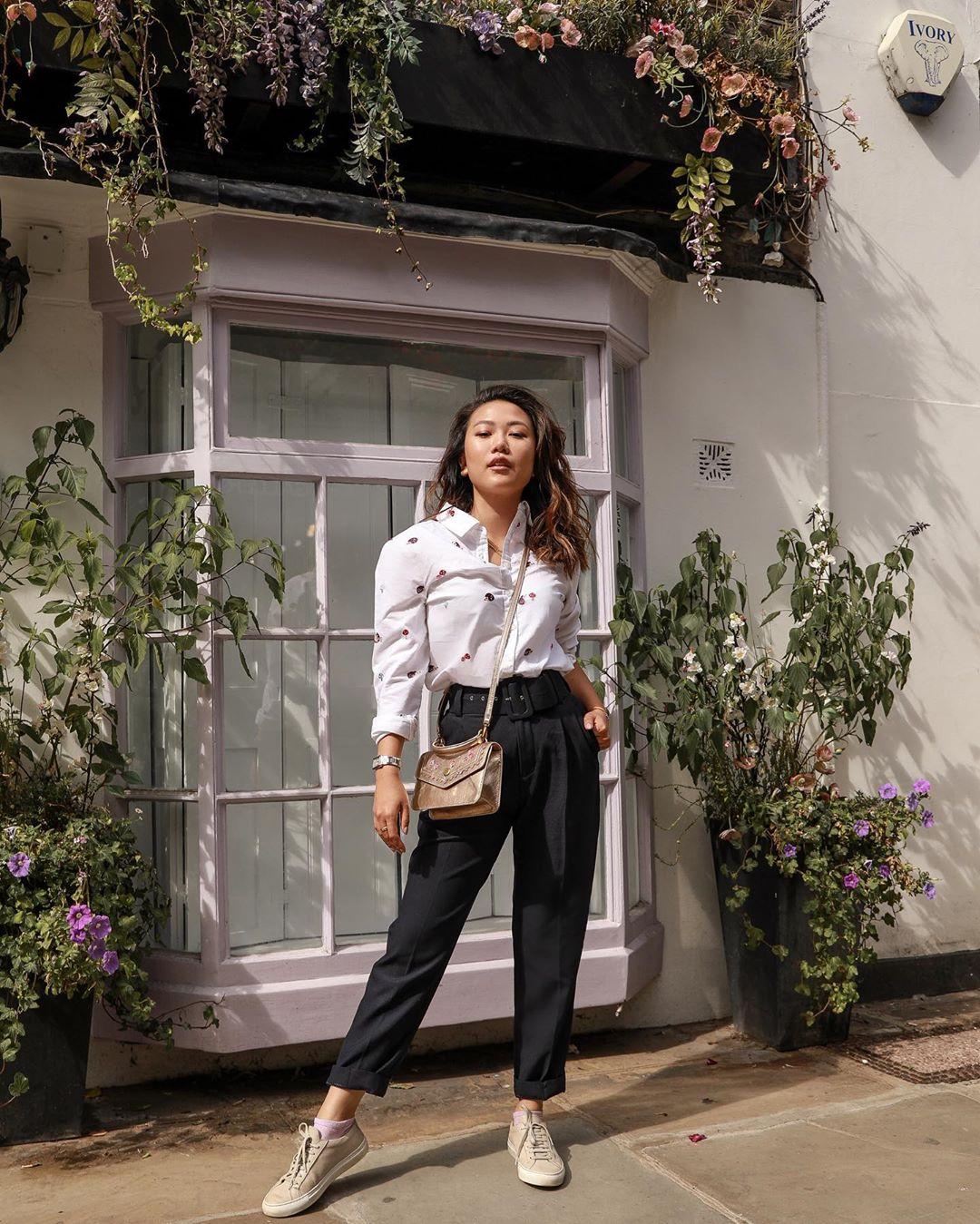 Cách mặc đẹp với áo sơ mi trắng, quần baggy đen và túi đeo chéo