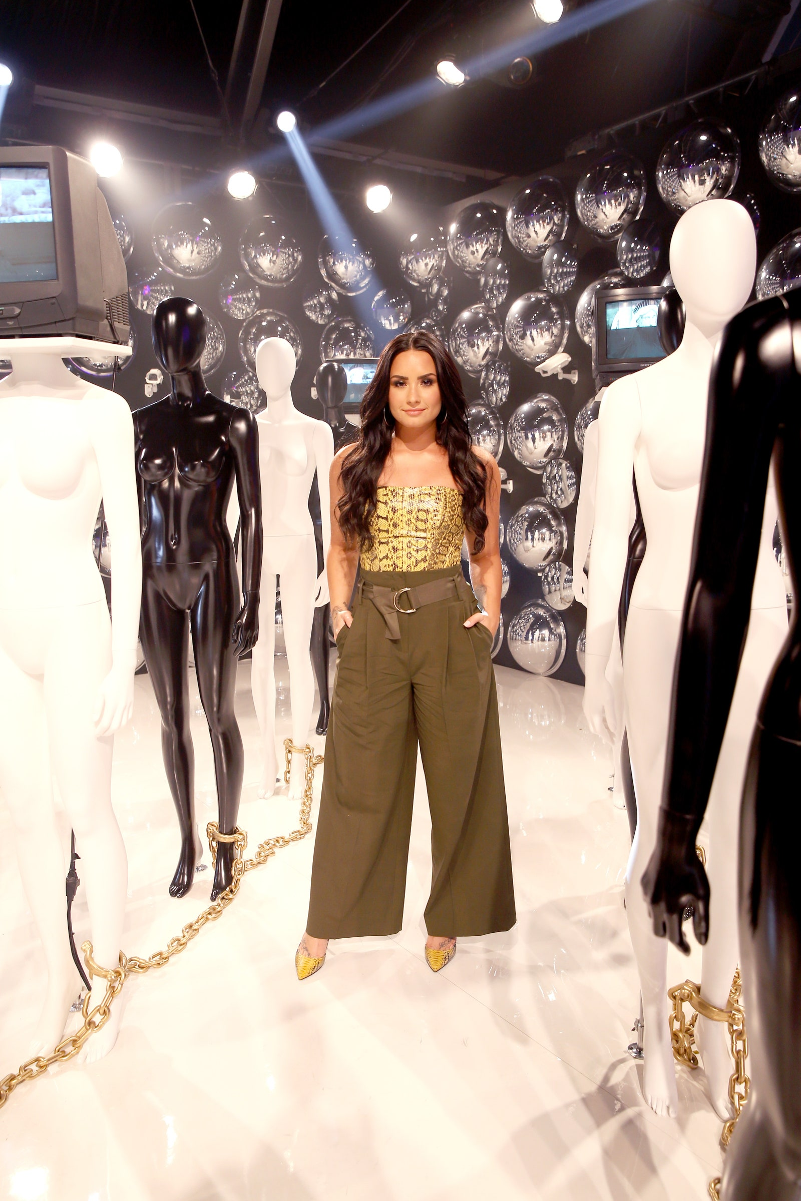 Cách mặc đẹp như Demi Lovato với quần lưng cao, áo quây in họa tiết