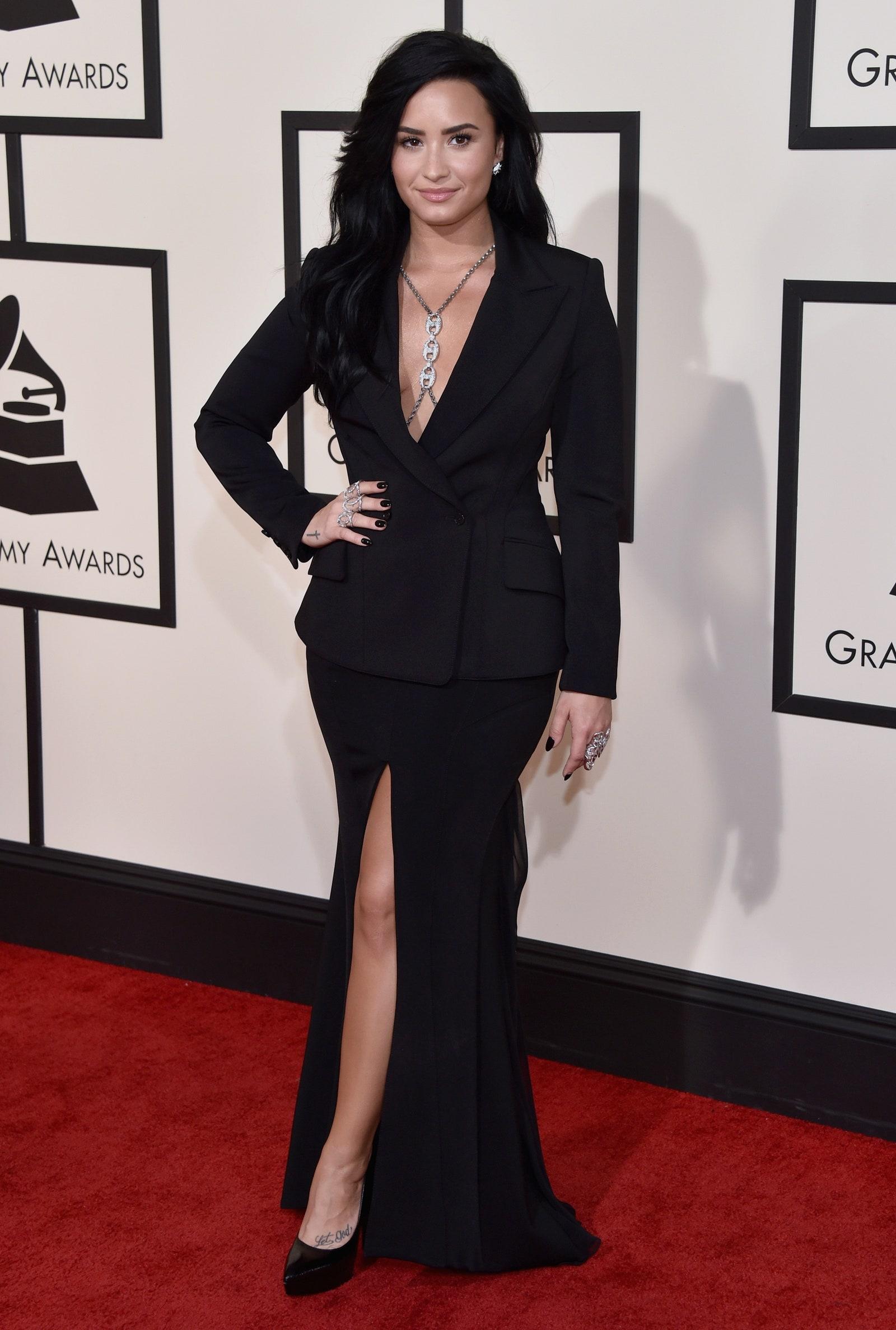 Cách mặc đẹp như Demi Lovato với suit cổ chữ V và chân váy xẻ tà trên thảm đỏ