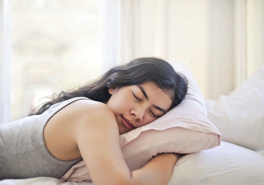 Dễ ngủ-Cô gái nằm ôm gối.