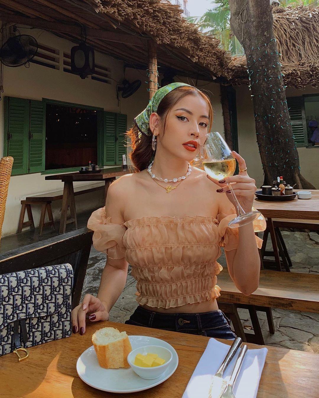 Chi Pu mặc áo trễ vai voan, đeo dây chuyền và buộc khăn